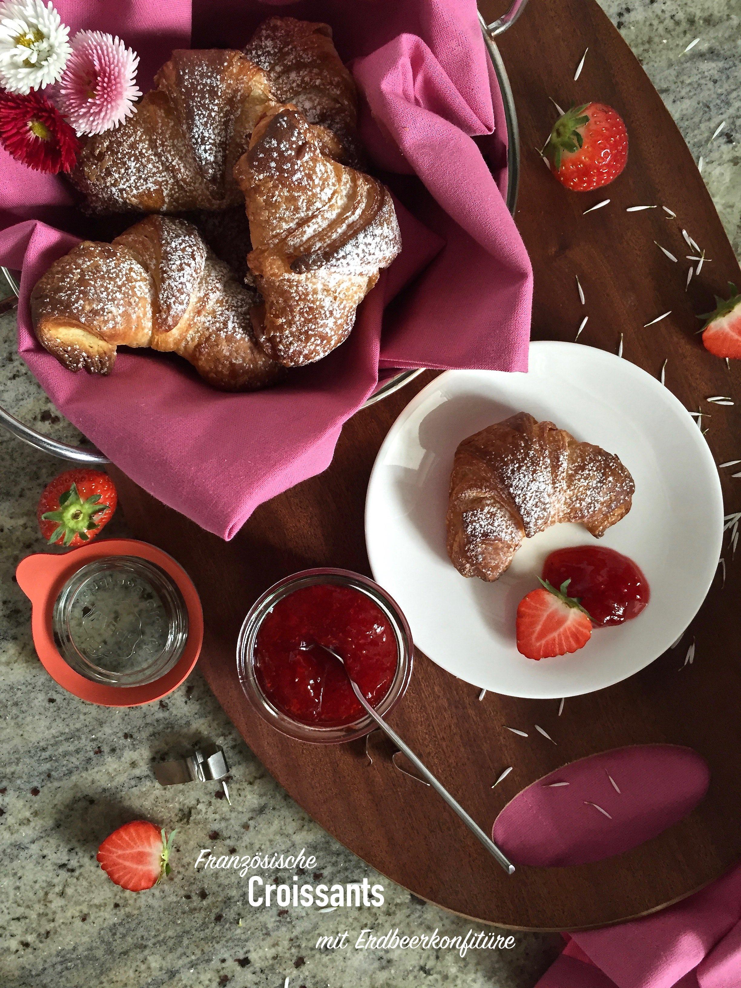 Es ist angerichtet: Ofenfrische und französische Croissant mit hausgemachter Erdbeerkonfitüre. Die Erdbeersaison kann offiziell beginnen.