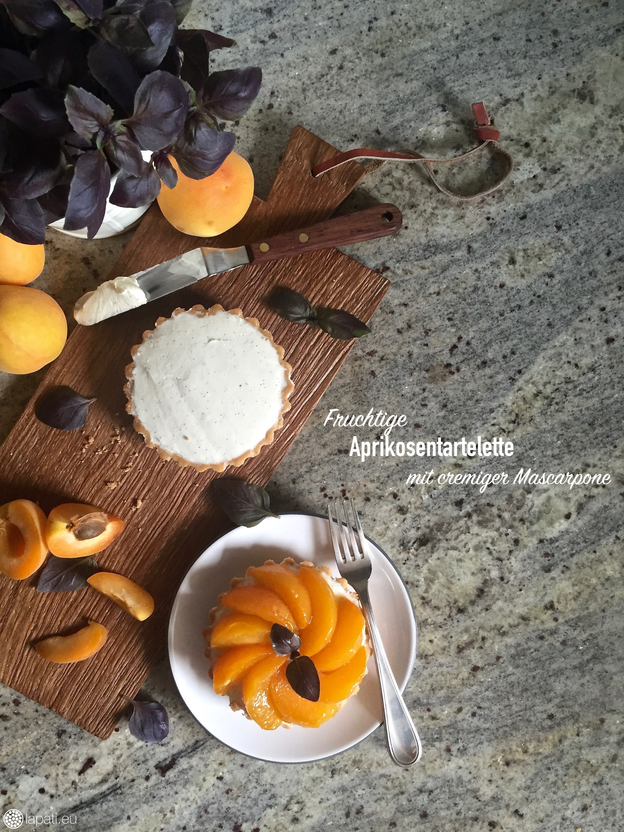Fruchtige Aprikosentartelettes mit einer Mascarponecreme und einem Kern aus Aprikosengelee. Der perfekte Sonntagskuchen.