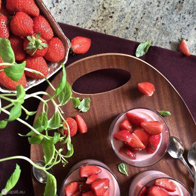 Regionale Erdbeeren, frische Pfefferminze und cremige Sahne in einem blitzschnellen Rezept.