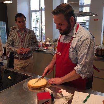 """Tobi alias """"Der Kuchenbäcker"""" ist fleißig am Arbeiten für den Cheesecake aus dem Schnellkochtopf."""