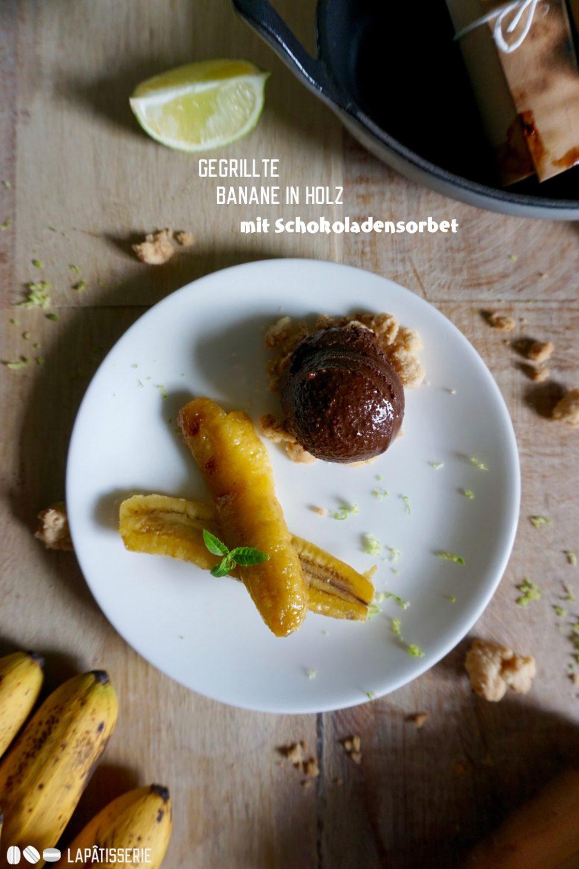 Schöne Idee: Banane in Zedernholz mit veganem, herbem Schokoladensorbet. Einfach und schnell zubereitet.