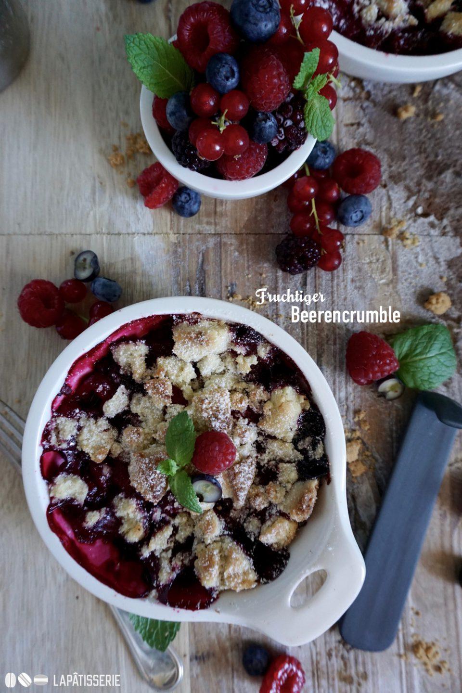 Schneller geht's nicht: Fruchtiger Beerencrumble vom Grill mit frischen Beeren der Saison.