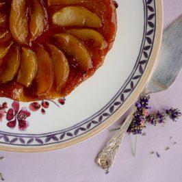Französische Tarte Tatin mit Lavendeleis