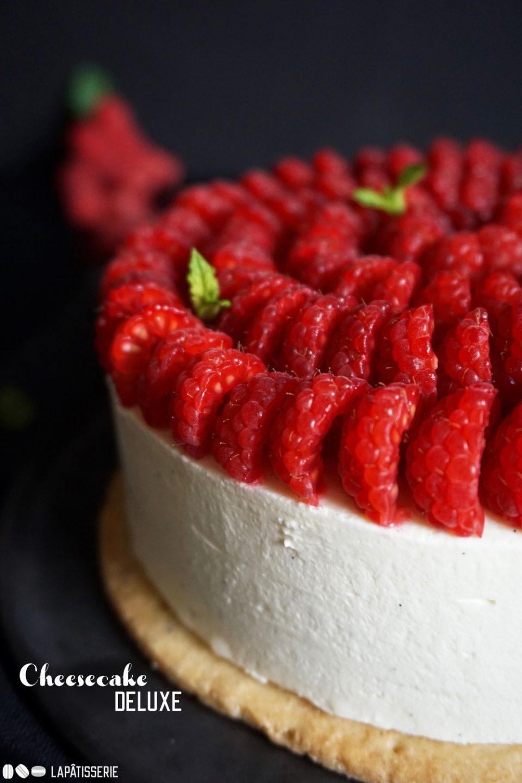 Ihr liebt Cheesecake? Dann werdet ihr diese Deluxe-Version einfach lieben: mit Cheesecake Mousse, Himbeerkern und frischen Himbeeren.