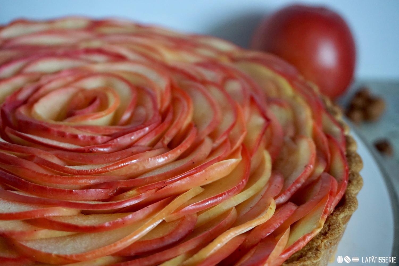 Jede Apfelscheibe muss von Hand gelegt werden. Eine Arbeit die sich für diese Apfeltarte mehr als lohnt.