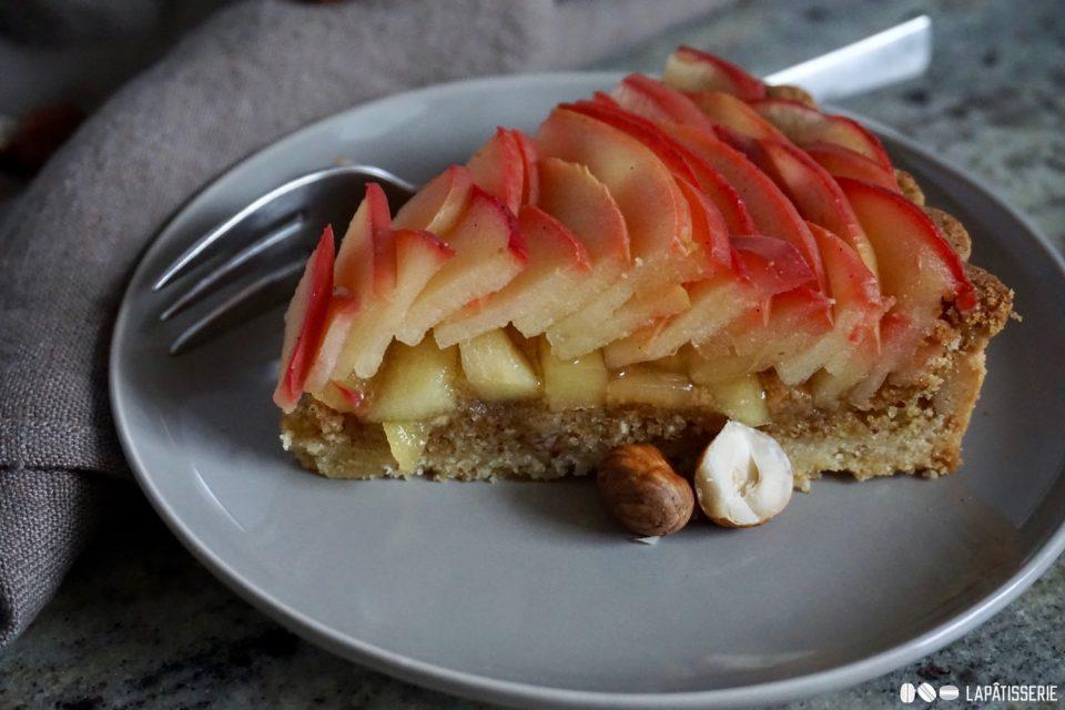 Ein Stück Tarte aux pommes für dich ist schon bereitgestellt. Aber beeil dich.