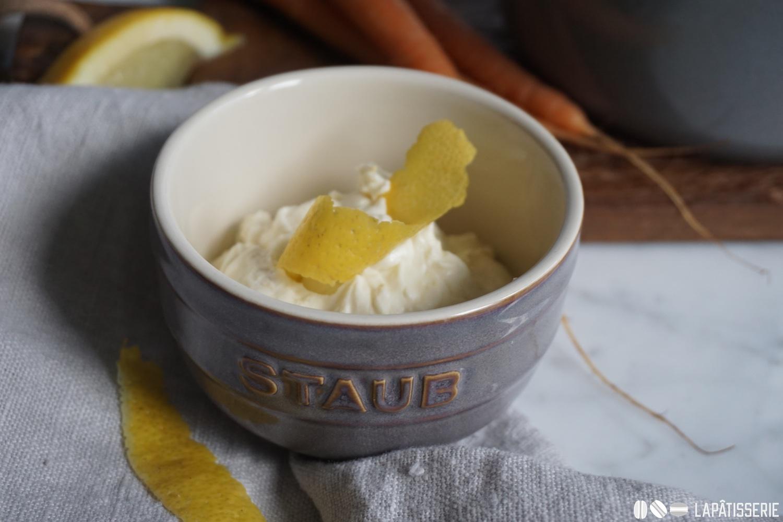 Der süße Aufstrich aus Frischkäse passt perfekt zu dem Brioche.