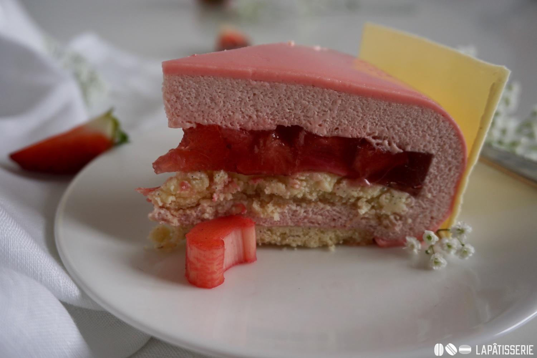 Der Anschnitt des Entremets mit Erdbeere und Rhabarber.