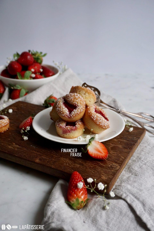 Feine, kleine Financier mit frischen Erdbeeren und Vanillecreme gefüllt. So lecker.