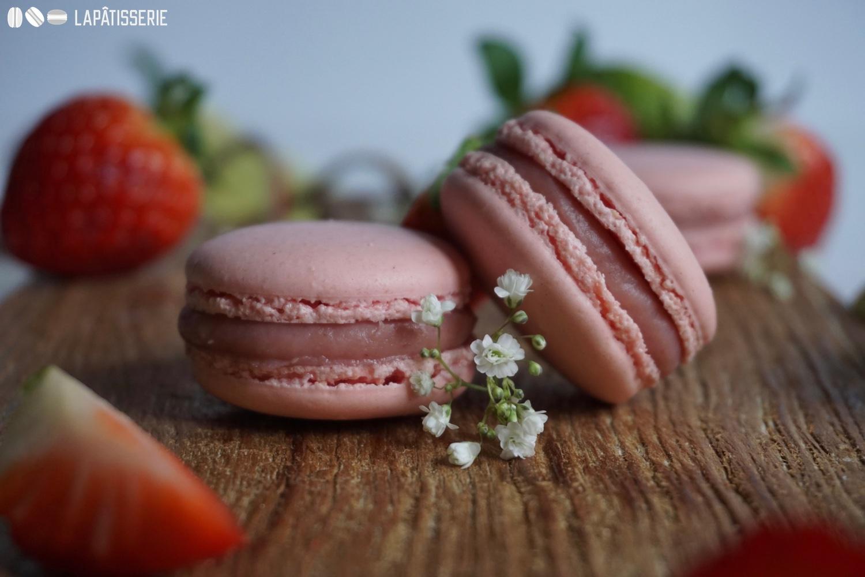 Eins geht noch. Erdbeer-Limetten-Macarons sind eine himmlische Versuchung.