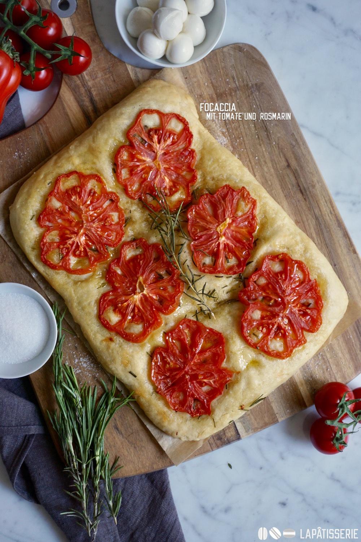 Focaccia mit Tomate und Rosmarin: Schnell zubereitet, lecker und einfach schön.