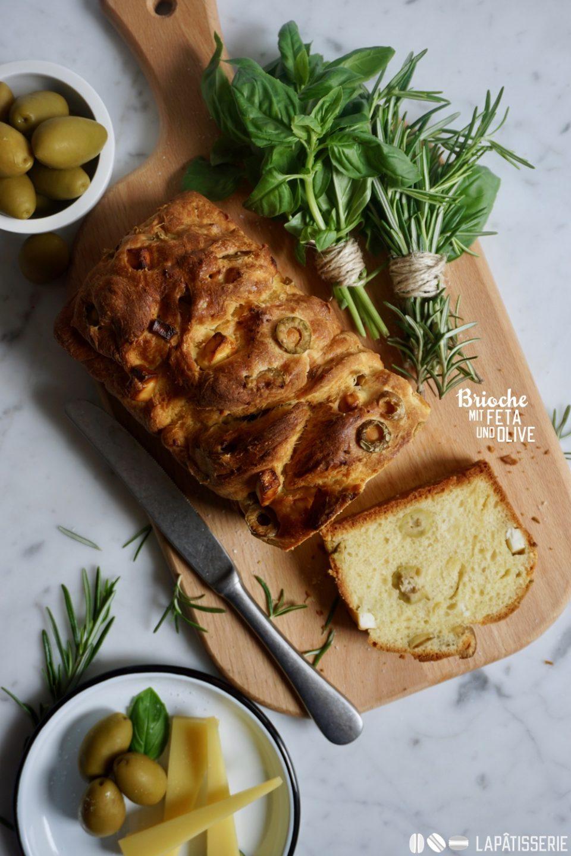 Feiner Brioche mit grünen Oliven und griechischem Feta. Da bekommt man gleich Lust auf Urlaub, Sonne und Sommer.