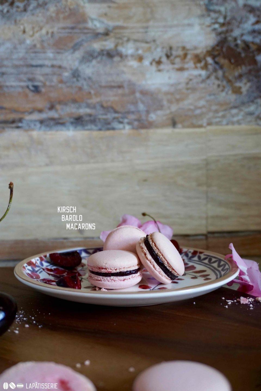 Sommerliche Macarons mit Kirsche und Barolo. So lecker kann der Sommer schmecken.