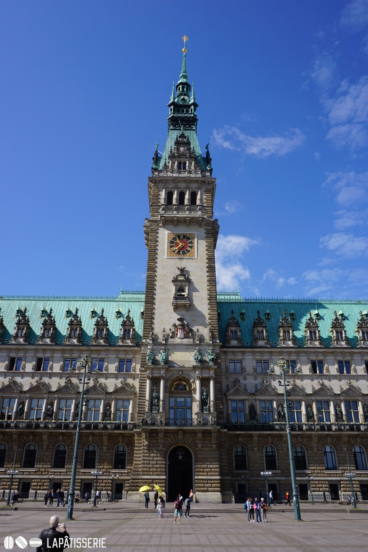Vorbei am imposanten Rathaus von Hamburg...