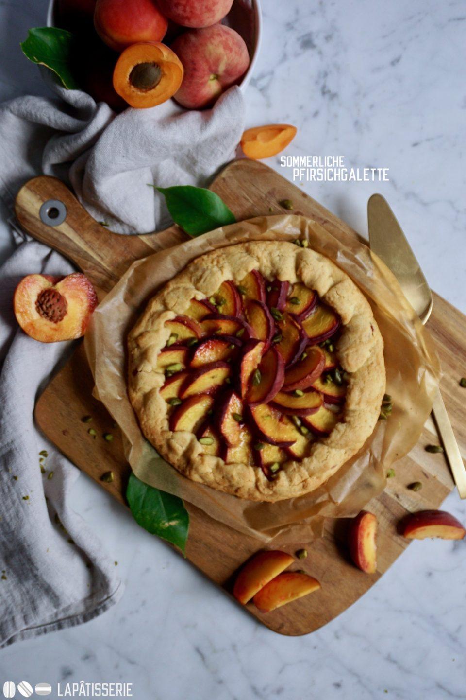 Ganz schneller Kuchengenuss mit einer Galette mit frischen Pfirsichen.