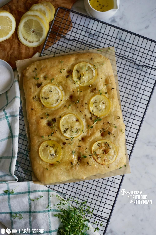 Zeit zum Grillen und dazu gibt's eine italienische Focaccia mit Zitronen und Thymian.