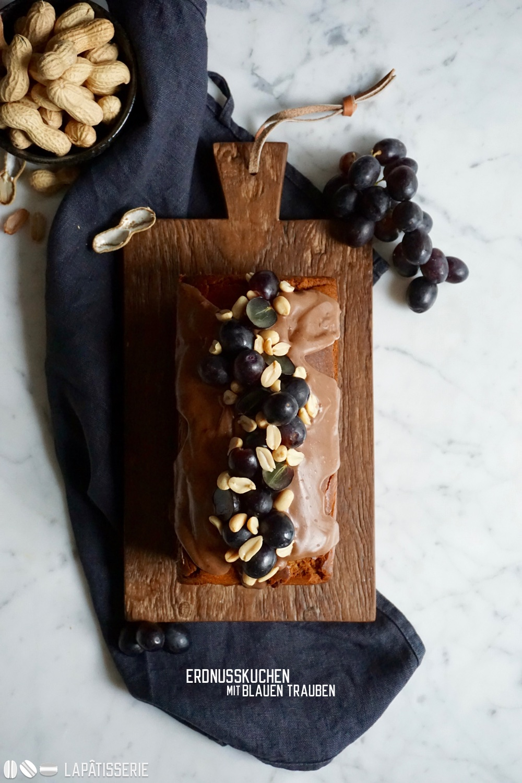 Der beste Erdnusskuchen, den man sich wünschen könnte. Dazu noch blaue Trauben.