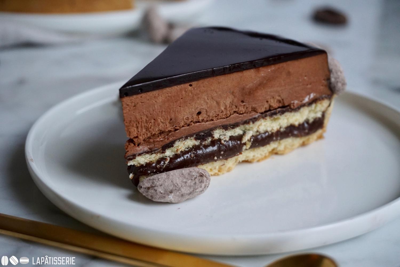 Im Inneren verbirgt sich nicht nur eine luftige Mousse au chocolat, sondern auch ein dunkler Schokoladenkaramell.