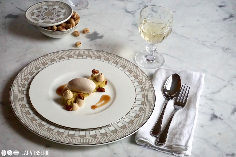 """Dessert """"Konstantinopel"""" mit Zimt, Darjeeling und Pistazien serviert auf feinstem Porzellan von Villeroy & Boch."""
