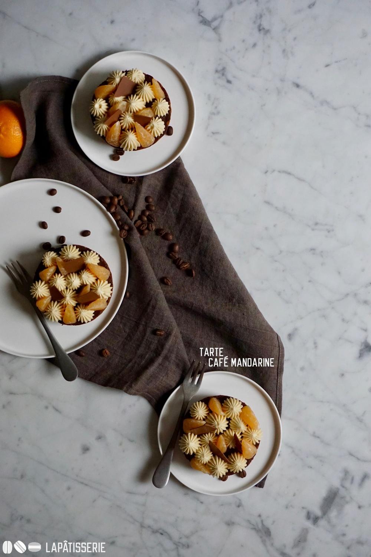 Tarte mit Kaffee und Mandarine. Etwas Schokolade ist auch dabei.