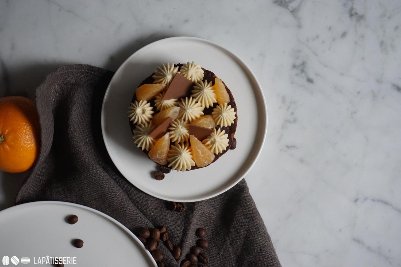 Willkommen im Finale des Winters mit Kaffee, Schokolade und Mandarine.