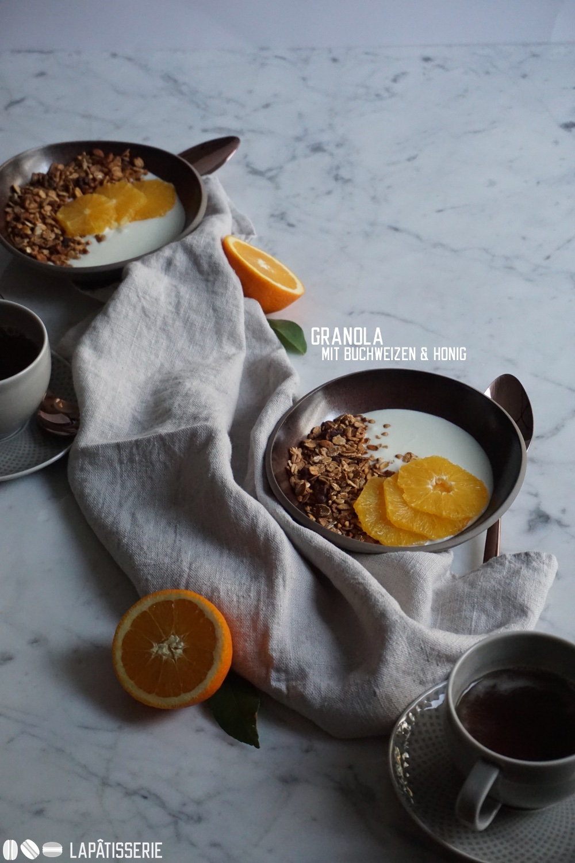 Nehmt Platz. Das Frühstück mit Joghurt, Granola und Orangen ist auch schon serviert.